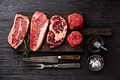 Verschiedene rohe Black Angus Steaks: Blade Steak, Striploin, Rip Eye und Filet Mignon