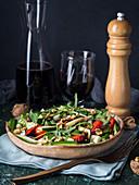 Rohkostsalat mit Erdbeeren, Zucchini, Rucola, Walnüssen, Käse und Balsamico-Glasur