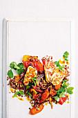 Lauwarmer Gemüsesalat mit Harissa, Quinoa und Haloumi