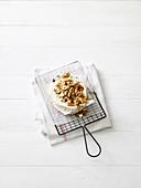 Ofenkäse mit Nüssen und Rosmarin