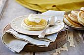 Pikelets (australische Pancakes) mit Lemon Curd und Sahne