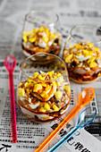 Frühstücksparfait mit Gula-Melaka-Sirup und Pfannengranola
