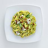 Tagliatelle mit Fave-Pesto, Burrata und Pistazien