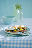 Pochierte Eier mit Wurst und Spinat auf Toast