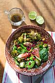 Salat mit geröstetem Romanesco, Spinat, Feigen und Granatapfelkernen