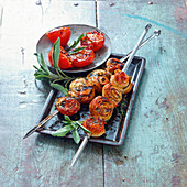 Grilled turkey and sage skewers with tomatoes