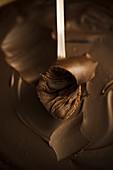 Schokoladenfudge mit Löffel (Close Up)