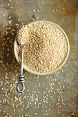 Andenhirse (Quinoa) in Schale mit Löffel