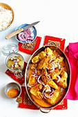Hähnchenflügel in Currysauce mit roten Zwiebeln und Reis