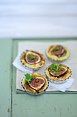Mini quiche with Roquefort and figs