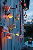 DIY-Lichterkette aus Papierbackförmchen,