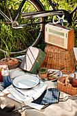 Retro-Picknick mit Fahrrad