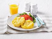 Eier-Patties mit Tomaten dazu ein Glas Orangensaft