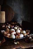 Natürlich gefärbte Eier zwischen Zwiebelschalen auf Teller