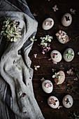 Mit Naturfarben gefärbte Eier dekoriert mit Blüten (Aufsicht)
