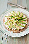 Low-carb tarte flambée with cottage cheese and avocado
