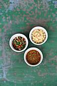 Warmer Kichererbsendip mit Paprika und Käse, Salsa Verde und Sofrito