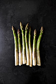 A row of green asparagus spears