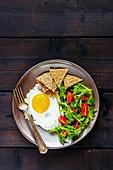 Vegetarisches Frühstück mit Spiegelei, Salat und Crackern (Aufsicht)