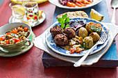 Falafel mit Mutabal-Dip, Bratkartoffeln und Rote Bete