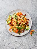 Bucatini mit Gemüse-Tomaten-Pesto, getrockneten Tomaten, Möhren, Zucchini und Petersilie