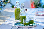 Gurken-Gazpacho in Flasche und Gläsern