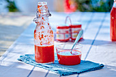Tomaten-Gazpacho in Flasche und Glas