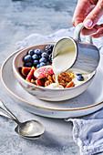 Breakfast Bowl mit Joghurt, Obst und Pekannüssen