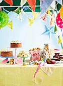 Partybüffet mit Kuchen, Gebäck und Knabbereien