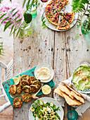 Crab Cakes, Nudelsalat mit Erbsen, Avocadodip und Sauerampferkuchen
