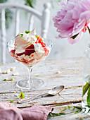 Eton Mess mit Erdbeeren und Meringue aus braunem Zucker