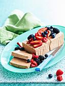 Schokoladen-Cheesecake-Eiscreme mit frischen Beeren