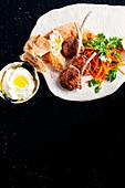 Lammkoteletts mit Fetacreme und Möhrensalat