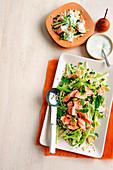 Graupensalat mit Gemüse und pochiertem Lachs