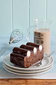 Ein Stück Bumpy cake (Schokoladen-Kaffee-Kuchen mit Vanille-Buttercreme aus Detroit, USA)