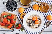 Müsli mit Früchten, Honig und Tee
