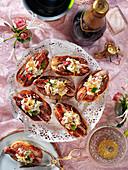 Hot Dogs mit Hummer und Zitronenzesten für eine Sylvesterparty