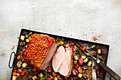 Schweinekrustenbraten mit Gemüse vom Blech