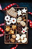 Sechs verschiedene Plätzchensorten fürs Weihnachtsfest in Holzsetzkasten