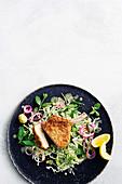 Schweinekotelett mit Haferflockenpanade auf Krautsalat mit Dill