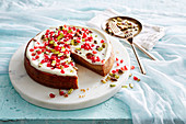 Persischer Love Cake mit Granatapfelkernen und Pistazien