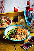 Nudel-Bowl mit geschmortem Soja-Hähnchen (Asien)