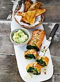 Avocado-Lachs-Rolle mit asisatischen Kräutern, dazu Frischkäse-Wasabi-Dip und Röstbrot