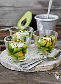 Avocado mit Limetten-Joghurt-Dip und Honig-Pistazien