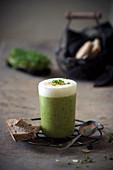 Vegane Brokkoli-Cremesuppe mit Mandelschaum
