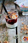 Joghurtmüsli mit Erdbeermarmelade im Glas