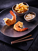 Fried shrimps with apple and mango salad