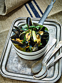 Mussels in white wine curry stock