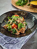 Beef salad with tomato, spinach and pineapple ketchup