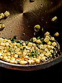 Kohlrabiwürfel in Butter braten
